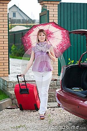 Mulher feliz com bagagem