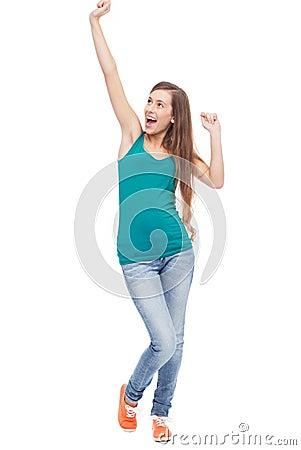 A mulher feliz com braços levantou