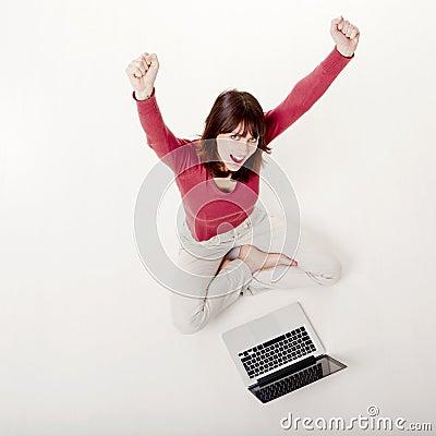 Mulher feliz com um portátil