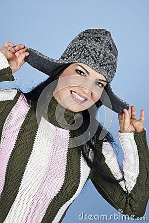 Mulher feliz de sorriso com tampão do inverno