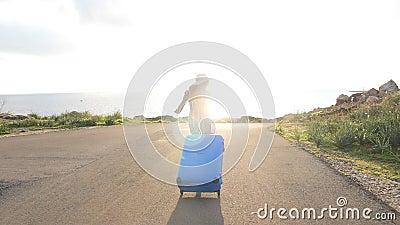 Mulher feliz do viajante que corre com mala de viagem vídeos de arquivo