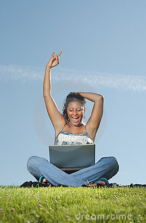 Mulher feliz no portátil