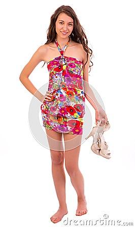 Mulher feliz a no vestido do verão