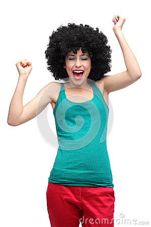 Mulher feliz que veste a peruca afro