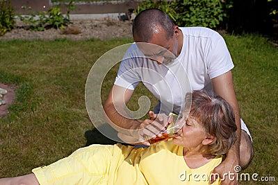 Mulher fornecida homem com insolação