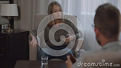 Mulher ganhando pico emocional no psicólogo vídeos de arquivo