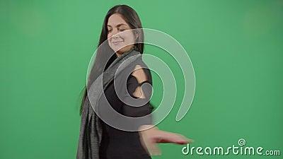 A mulher a girar com as mãos espalhou-se video estoque