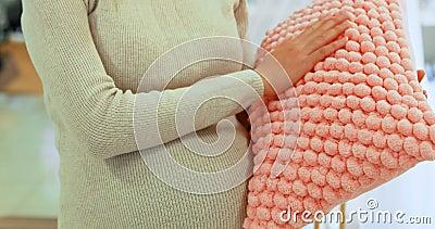 Mulher gravida que guarda o descanso no quarto 4k filme