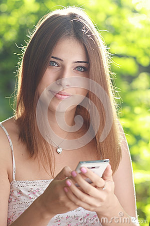 A mulher guarda o smartphone