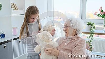 Mulher idosa brincando com garota vídeos de arquivo