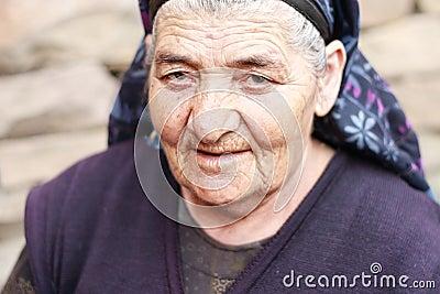 Mulher idosa com olhar da perfuração