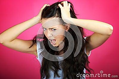 A mulher irritada está gritando