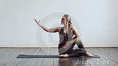 Mulher jovem e apta praticando ioga no interior da classe Estreitamento do exercício à luz do dia Esporte, aptidão, saúde vídeos de arquivo