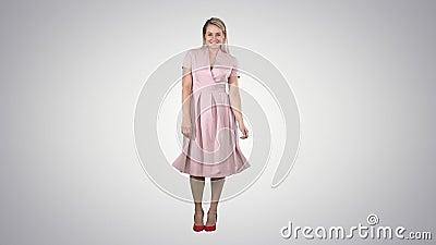 Mulher linda de roupas de verão se posando com um sorriso tímido sobre fundo gradiente video estoque