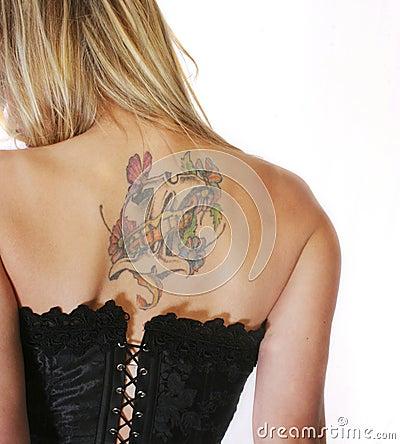 Mulher loura no espartilho com tatuagem traseiro Imagem Editorial