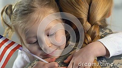 Mulher militar que abraça a filha que guarda a bandeira nacional, Dia da Independência, patriota filme