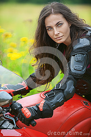 A mulher monta a bicicleta agradável