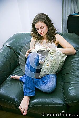 Mulher na leitura da cadeira