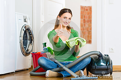 Mulher na limpeza da primavera