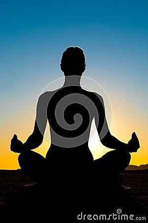 Mulher na posição de lótus da ioga