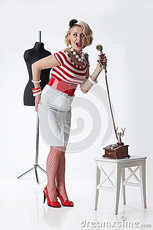 Mulher no atelier do alfaiate