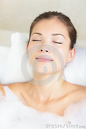 Mulher no banho que relaxa