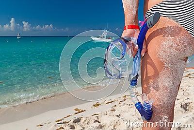 Mulher no biquini com máscara snorkeling