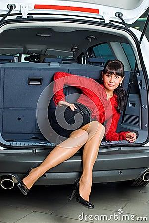 Mulher no compartimento de bagagem
