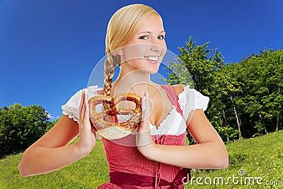 Mulher no dirndl no bavarian