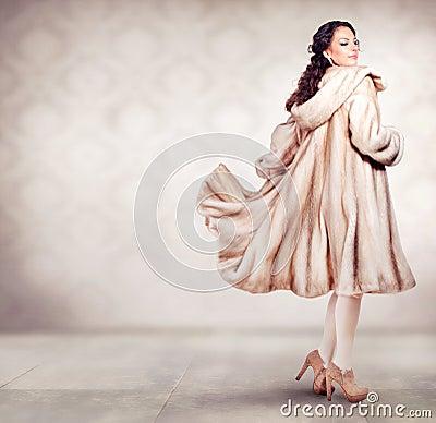 Mulher no revestimento de vison da pele