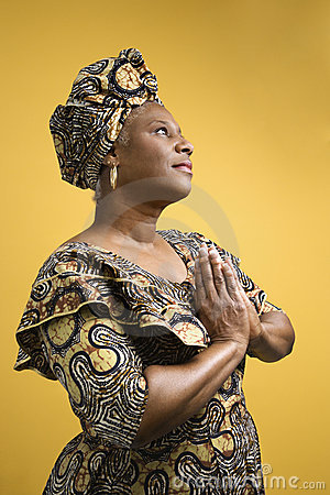 Mulher no traje africano.