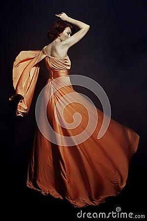 Mulher no vestido longo
