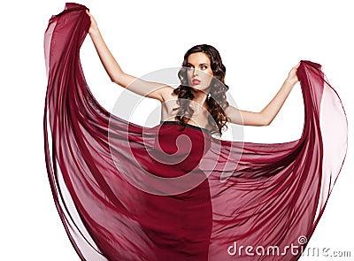 Mulher no vôo vermelho do vestido no vento isolado
