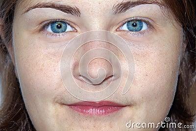 Mulher nova amigável do olho impressionante