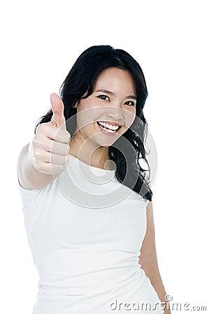 Mulher nova atrativa que dá o polegar acima do sinal
