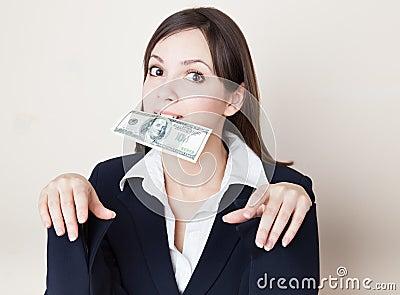 Mulher nova com 100 dólares em sua boca