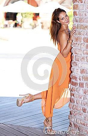 Mulher nova com o pé levantado