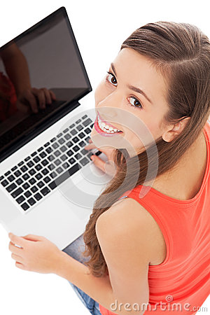 Mulher nova com portátil