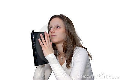 Mulher nova com praying da Bíblia