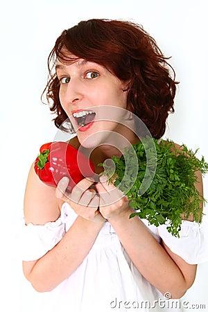 Mulher nova espantada com vegetais
