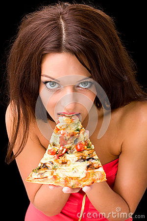 Mulher nova que come uma parte de pizza