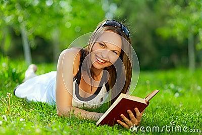 Mulher nova que lê um livro