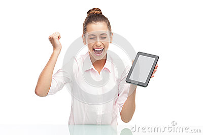 Mulher nova que prende a tabuleta digital