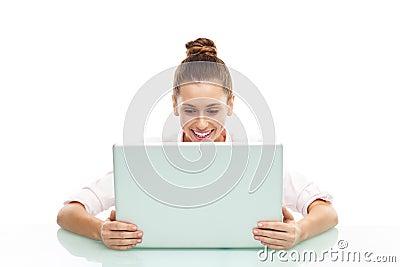 Mulher nova que senta-se com um portátil