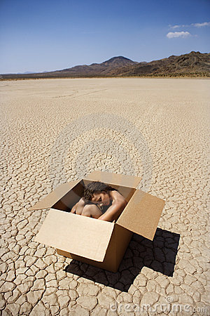 Mulher nu no deserto.