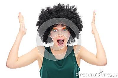 Mulher para fora forçada que veste a peruca afro
