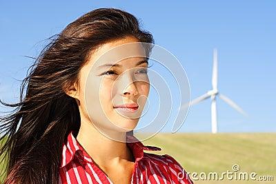 Mulher pela turbina de vento