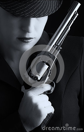 Mulher perigosa no preto com revólver de prata