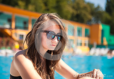 Mulher perto da piscina