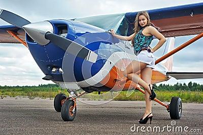 Mulher perto do avião